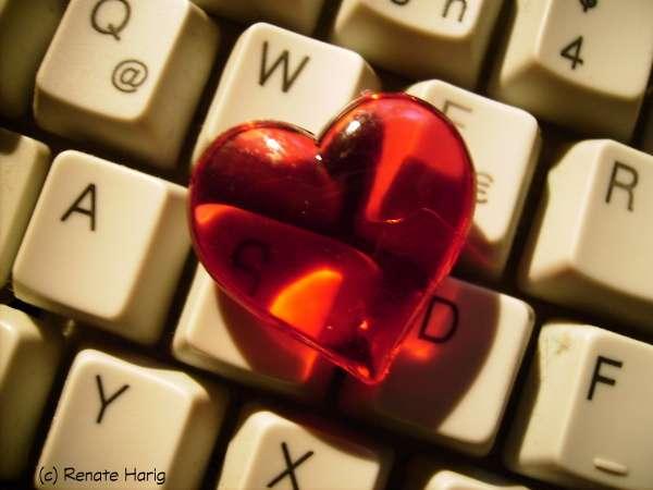 Glasherz rot auf Tastatur